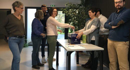 Personnes votant dans une boîte