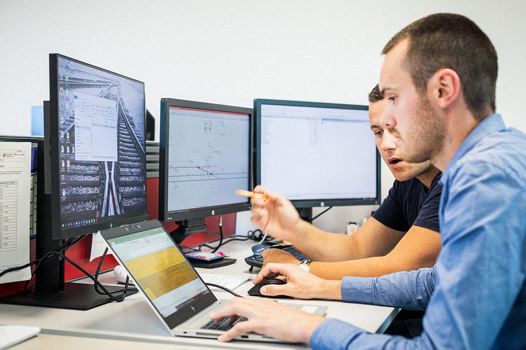Homme travaillant ensemble sur un ordinateur