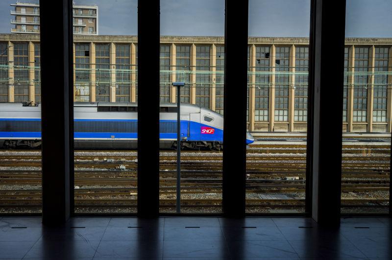 Passage d'un TGV en gare
