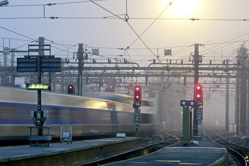 passage d'un TGV avec feux de signalisation