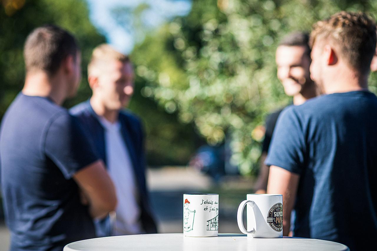 Mugs à café au premier plan